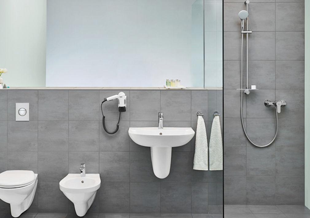 Dusche und Gäste-WC auf engstem Raum