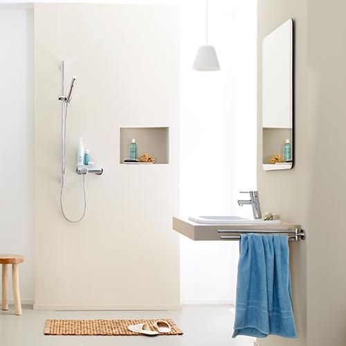 Helles Bad mit bodenebener Dusche und einem barrierefreien Waschbecken