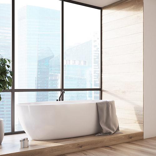 Natürlich charmantes Badezimmer mit freistehender Badewanne